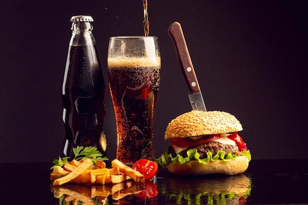 Burger vue de face avec des frites Photo gratuit