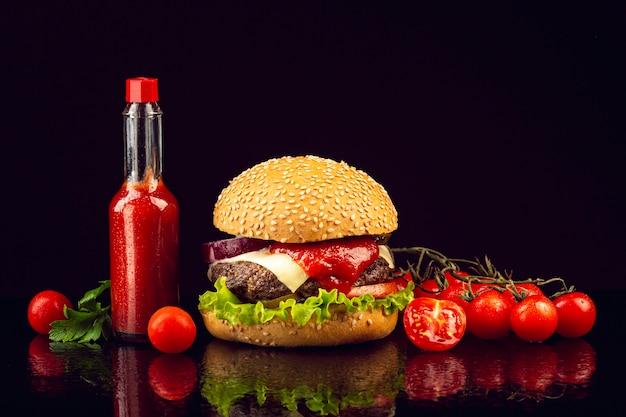 Burger vue de face avec tomates cerises Photo gratuit