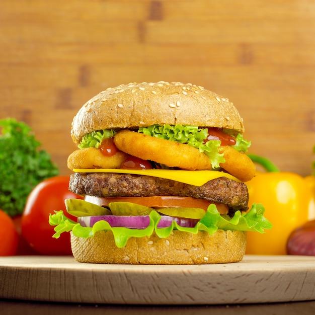 Burgers Sur Fond En Bois Photo Premium