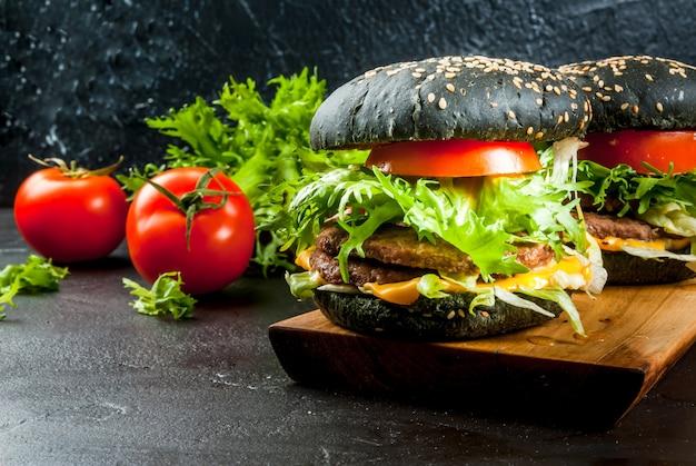 Burgers Noirs Fraîchement Faits Maison Photo Premium