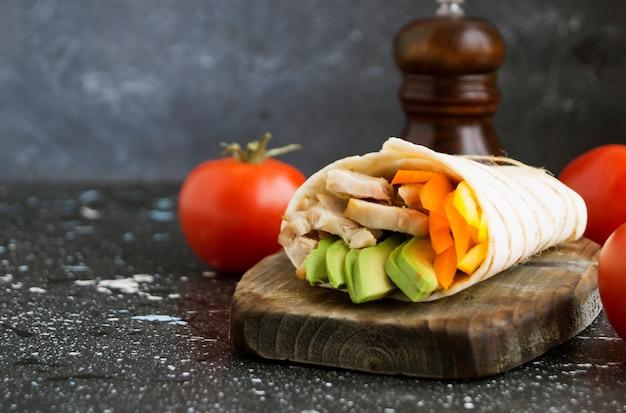 Burrito au poulet grillé et aux légumes (fajitas, pain pita, shawarma) Photo Premium