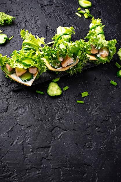 Burritos cétogènes à faible teneur en glucides enveloppés dans de la laitue Photo Premium
