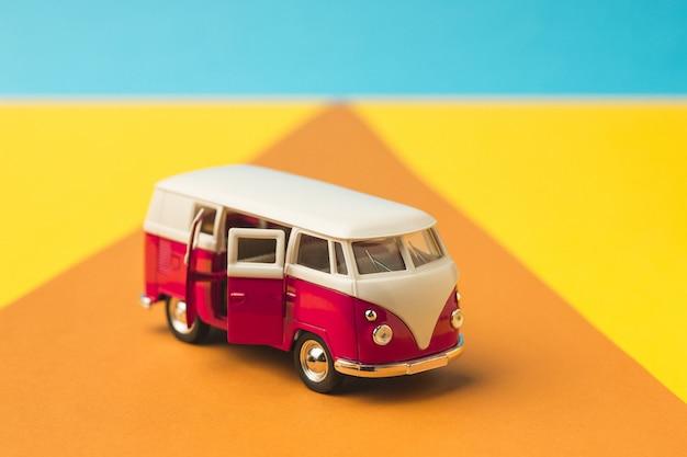 Bus Miniature Vintage De Couleur Tendance, Concept De Voyage Photo gratuit