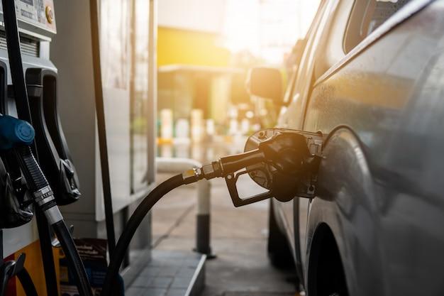 Buse de carburant pour faire le plein de carburant dans une voiture à la station-service. Photo Premium
