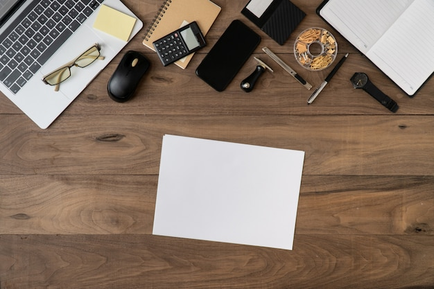 Business accessoires liste d'objets fond plat poser sur table en bois w Photo Premium