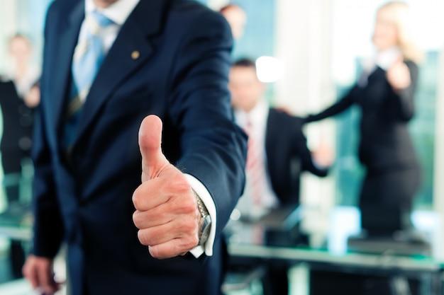 Business - équipe dans un bureau Photo Premium