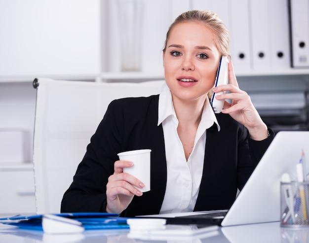 Business, femme, utilisation, téléphone Photo gratuit