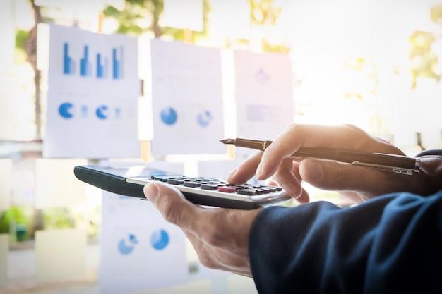 Business finance homme calculant les numéros de budget, les factures et le conseiller financier travaillant. Photo gratuit