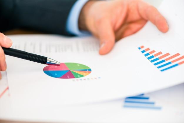 Business - homme d'affaires travaillant avec graphique et diagramme Photo Premium