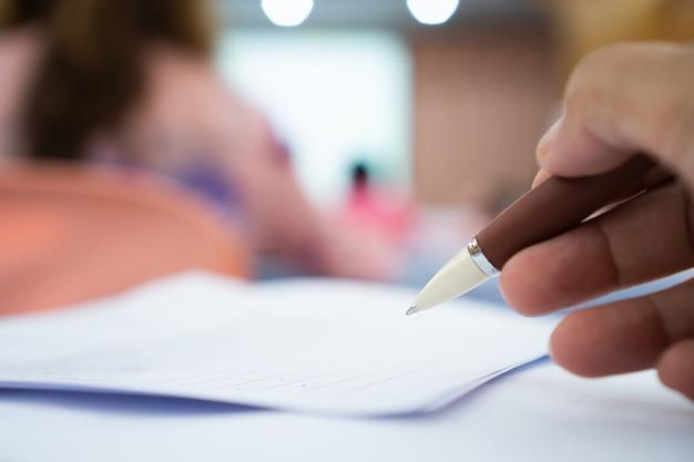 Business man manager vérifiant et signant le demandeur remplissant les documents les rapports les rapports Photo Premium
