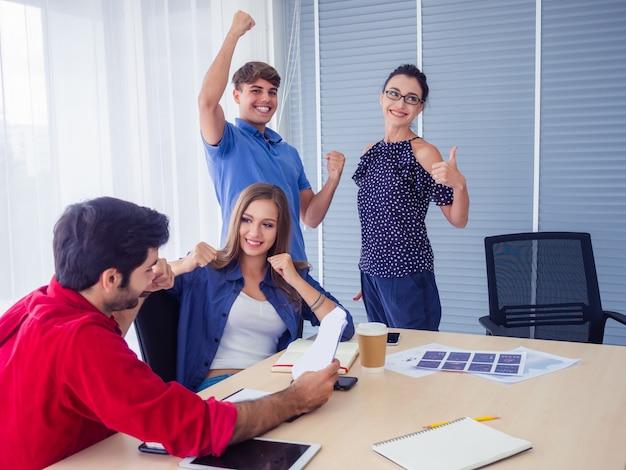 Business Team Celebration Success, Gens D'affaires Prospères Avec Bras En L'air Photo Premium