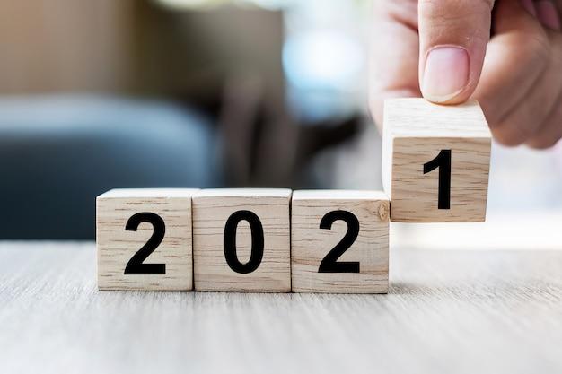 Businessman Hand Holding Cube En Bois Avec Bloc 2021 Mot Sur Table Photo Premium