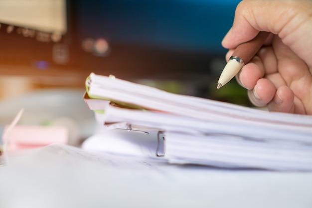 Businessman manager vérifiant et signant les rapports de documents Photo Premium