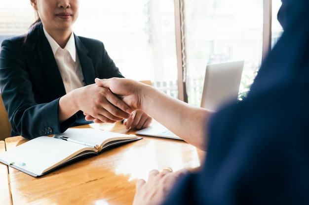 Businessmans poignée de main après bonne affaire. Photo Premium