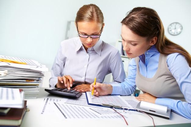 Businesswomen Examen Des Résultats Photo gratuit