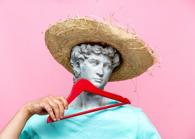 Buste antique de mâle au chapeau avec cintre rouge Photo Premium