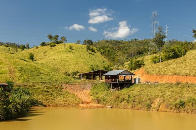 Cabane En Bois Près De L'étang, Cabane Paysanne, Laos Photo Premium
