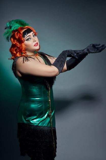 Cabaret rétro femme grassouillette aux cheveux rouges Photo Premium