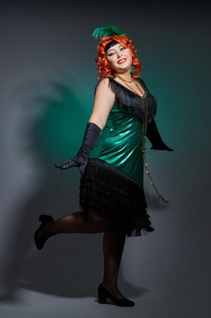 Cabaret rétro femme grassouillette aux cheveux roux Photo Premium