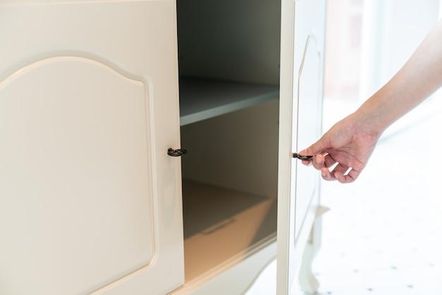 Cabinet ouvert à la main Photo Premium
