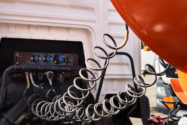 Câble De Contact. Câble En Spirale Reliant La Cabine Et La Remorque Du Camion Photo Premium