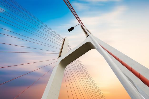 Câbles de pont modernes, paysage crépusculaire. Photo Premium