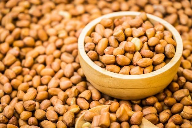 Cacahuètes dans un bol en bois Photo gratuit