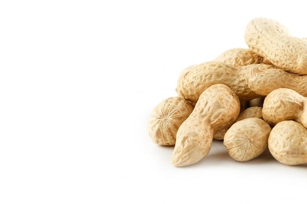 Cacahuètes. deux noix pelées isolés sur fond blanc. macro d'arachide. Photo Premium