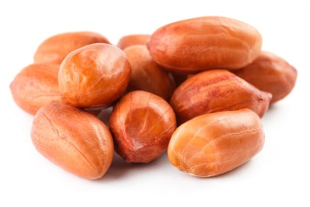 Cacahuètes isolés sur fond blanc. peeled peel et scarlup. Photo Premium