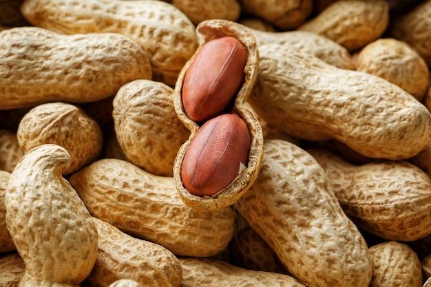 Cacahuètes pelées sur cacahuètes bien. arachides, pour le fond ou les textures. Photo Premium