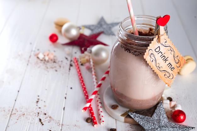 Cacao à La Guimauve Et Pailles Dans Le Bocal En Verre Avec Un Signe Bois-moi Photo Premium