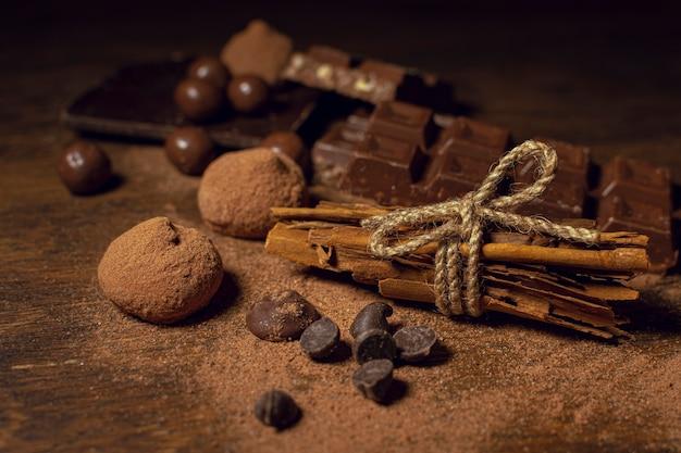 Cacao en poudre avec des types de chocolat Photo gratuit
