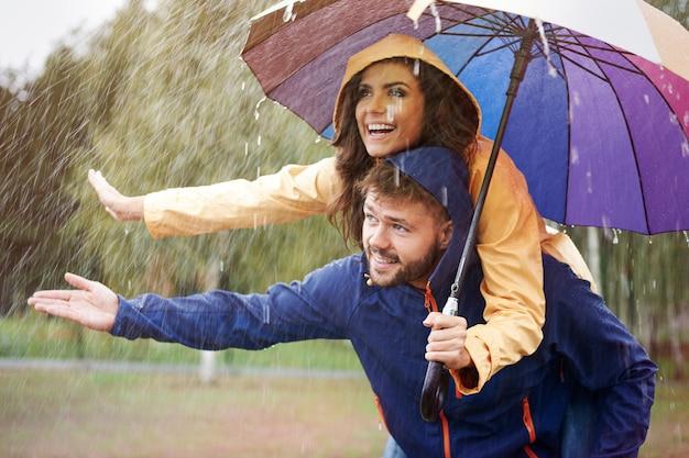 Cachons-nous Sous Un Parapluie Sous La Pluie Photo gratuit