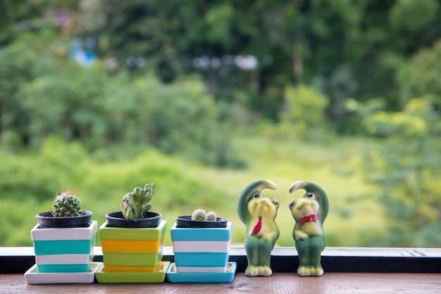 Cactus en pot avec céramique catoon grenouille post amour sur le