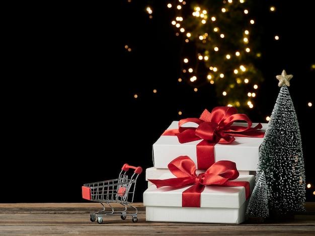 Caddie Et Coffrets Cadeaux De Noël Sur Table En Bois, Espace Pour Le Texte Photo Premium