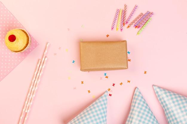Cadeau d'anniversaire et accessoires Photo gratuit