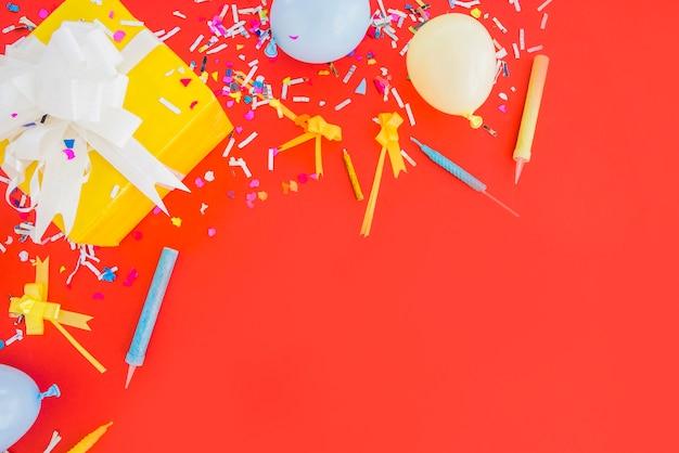 Cadeau d'anniversaire avec des confettis et des ballons Photo gratuit