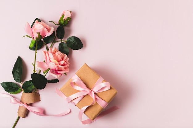 Cadeau avec bouquet de rose Photo gratuit