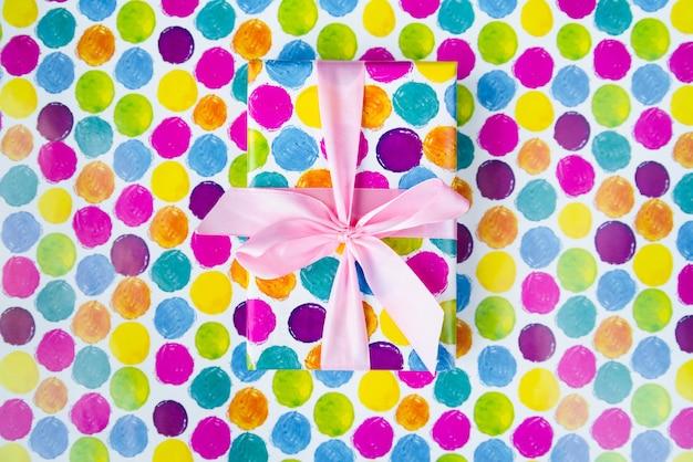 Cadeau coloré sur fond coloré Photo gratuit