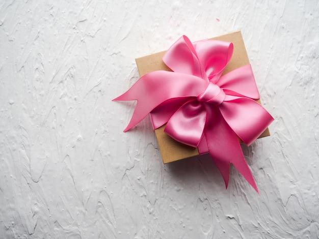 Cadeau décoré mignon ensemble cadeau avec ruban rose authentique sur fond blanc Photo Premium