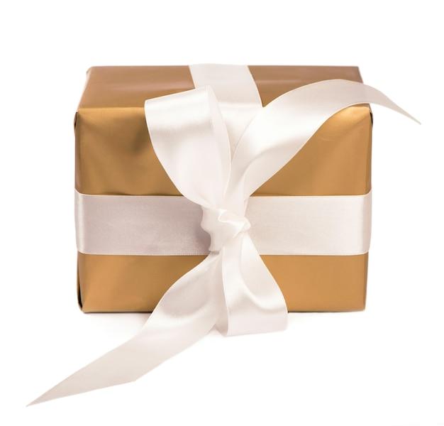 Cadeau Emballé Dans Une Boîte Dorée Avec Ruban Blanc Isolé Photo Premium