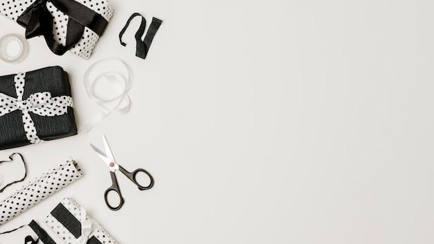 Cadeau emballé dans du papier de design noir et blanc avec un espace de copie pour l'écriture Photo gratuit