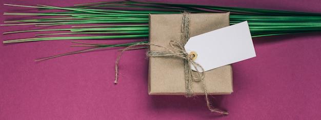 Cadeau avec une étiquette en papier Photo Premium