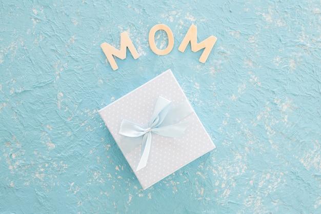 Cadeau de fête des mères sur fond bleu Photo gratuit
