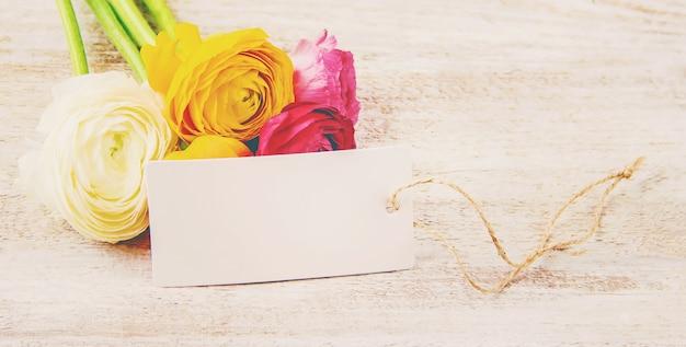 Cadeau et fleurs. mise au point sélective. holideys et événements. Photo Premium