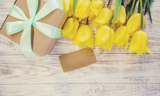 Cadeau et fleurs. mise au point sélective. vacances et événements. Photo Premium
