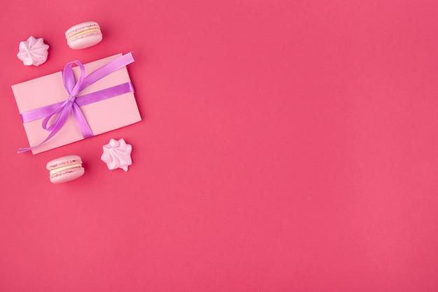 Cadeau Avec Meringue Et Macarons Pour La Saint Valentin Photo gratuit