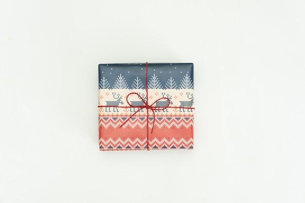 Cadeau de noël enveloppé sur blanc Photo Premium