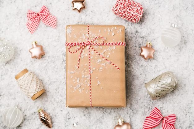 Cadeau de noël sur fond neigeux Photo Premium