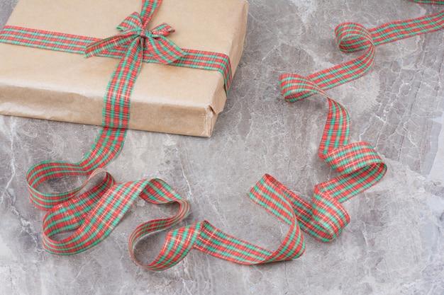 Cadeau De Noël Avec Noeud Festif Sur Fond De Marbre. Photo gratuit